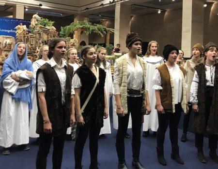 100 Betlehem kiállítás a Vatikánban – a Kodály diákjaival