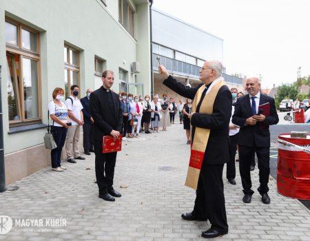 Új épületszárny megáldása az esztergomi Mindszenty-iskolában
